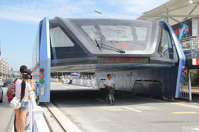 Remember China's Futuristic Elevated Bus? It has been abandoned.