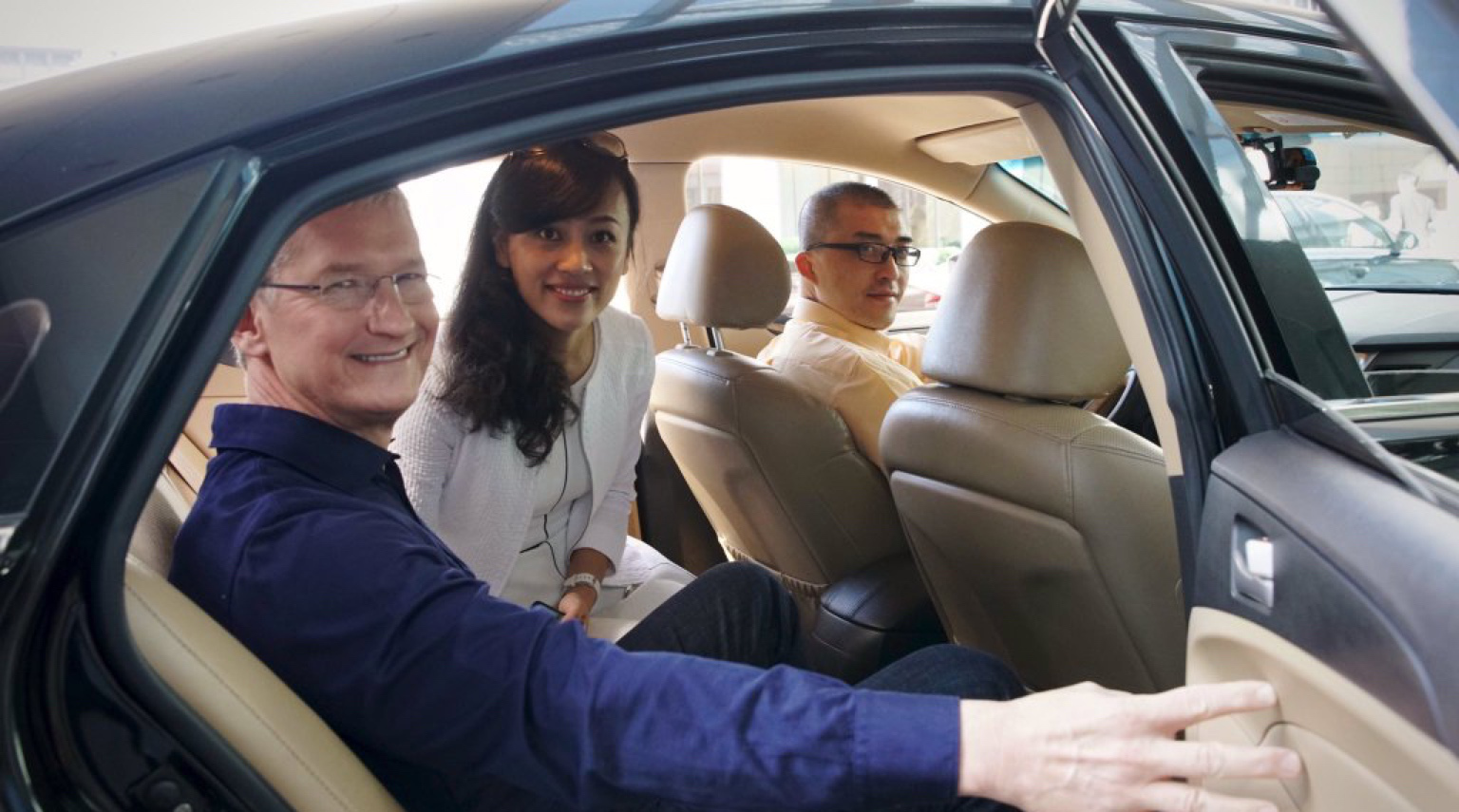 Tim Cook with Liu Qing of Didi Chuxing on his visit to Beijing